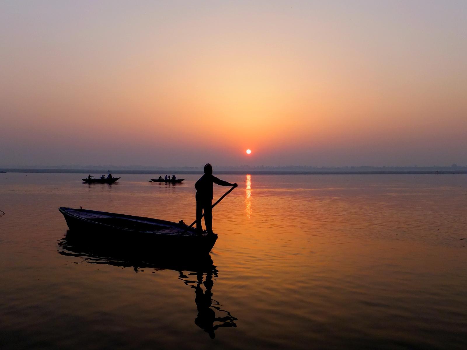 рассвет на Ганге, лодки на фоне встающего солнца
