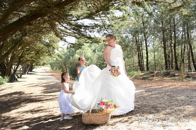 photo fun mariée avec ses filles qui secouent la traine de la robe