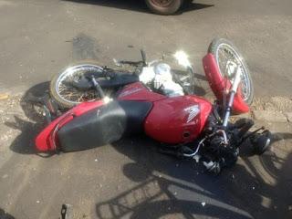 Colisão entre carro e moto deixa homem ferido em Oeiras