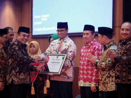 Tingkatkan Kesejahteran Guru di Jakarta, Anies Terima Penghargaan dari Kemenag