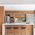 Cozinha concreto e madeira com backsplash de vidro e churrasqueira camuflada por quadro!