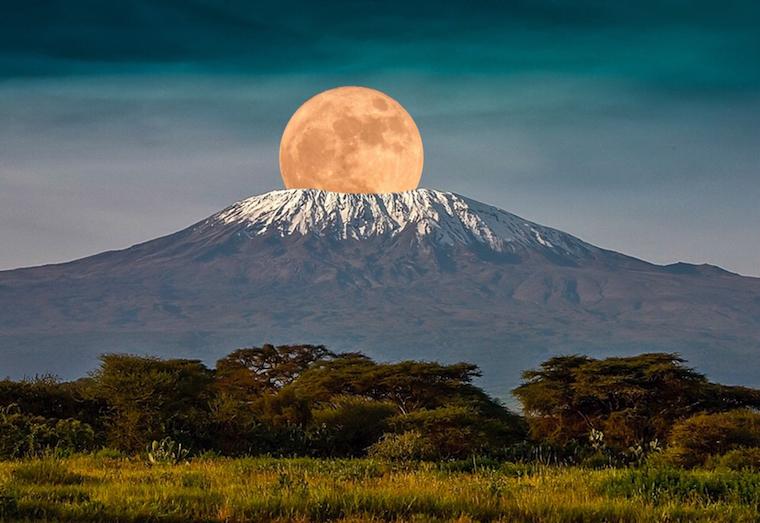 Вершина горы Килиманджаро - пик Ухуру
