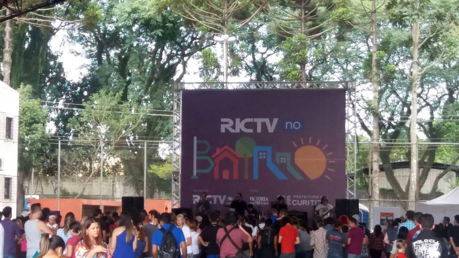 d1374efb6bc9b ... do Pinheirinho recebe o RICTV no Bairro - projeto da RICTV   Record TV  que leva prestação de serviços gratuitos e diversão para a comunidade. O  evento ...