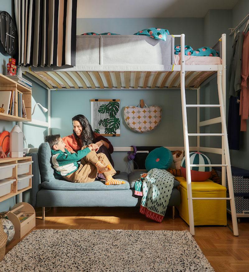 Cama alta de IKEA con sofá abajo.