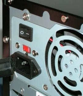 Trik Supaya Tak Kesetrum Saat Memegang Casing Komputer