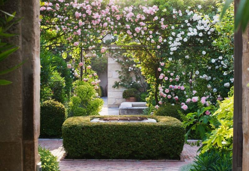 Patio con rosas fragantes en Mas Theo, Proveza