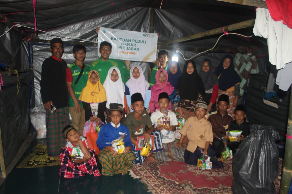 Hibur Anak-Anak di Pengungsian, WIZ Salurkan Paket Ceria