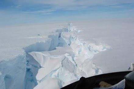 Ένα τεράστιο παγόβουνο ίσο με το Παρίσι «κόπηκε» από την Ανταρκτική