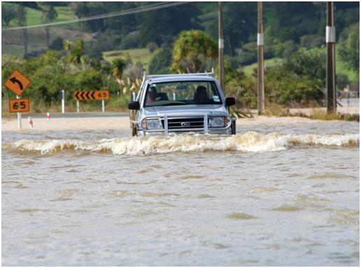 Mengendarai Mobil Saat Banjir