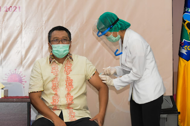Gubernur NTB Penerima Vaksinasi Pertama Meyakinkan Vaksin Aman dan Halal