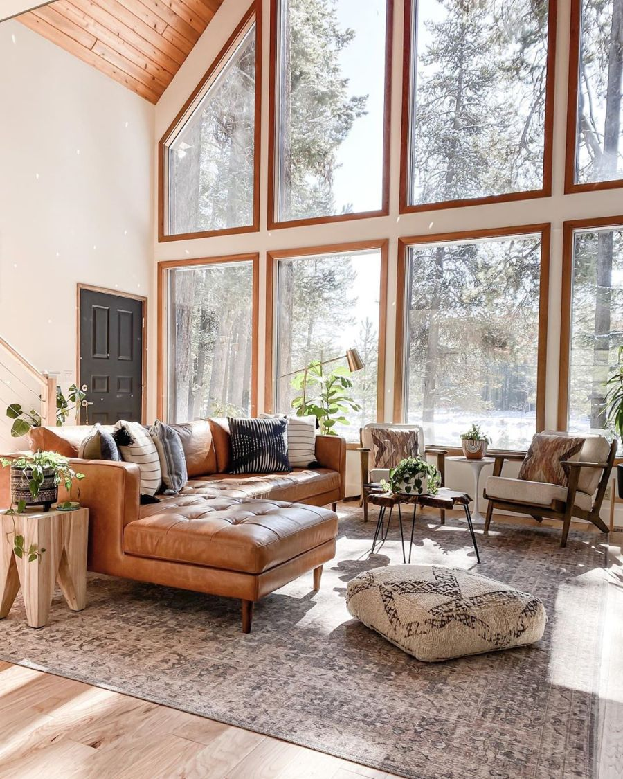 Dom wypełniony światłem, wystrój wnętrz, wnętrza, urządzanie domu, dekoracje wnętrz, aranżacja wnętrz, inspiracje wnętrz,interior design , dom i wnętrze, aranżacja mieszkania, modne wnętrza, home decor, styl klasyczny classy style, styl Hamptons, open space, otwarta przestrzeń, otwarty plan, salon, pokój dzienny, living room, duże okna, big windows, narożnik, kanapa, sofa, dywan, drewniany stolik kawowy,