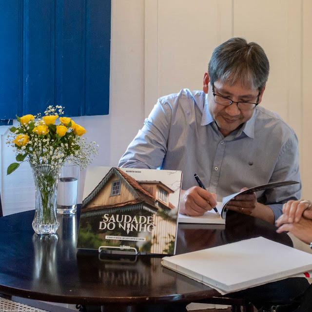 """Washington Takeuchi no lançamento do seu livro de fotografias """"Saudade do Ninho"""""""