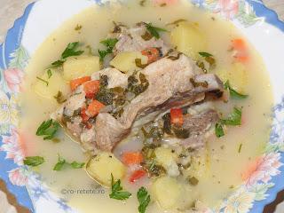 Ciorba de porc cu legume reteta de casa taraneasca cu bors oase cartofi morcovi ardei rosii orez leustean retete culinare mancare zeama borsuri ciorbe traditionale piept coaste,