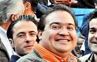El exgobernador de Veracruz Javier Duarte de Ochoa (en primer término) junto al empresario Moisés Mansur (el primero por la izquierda).