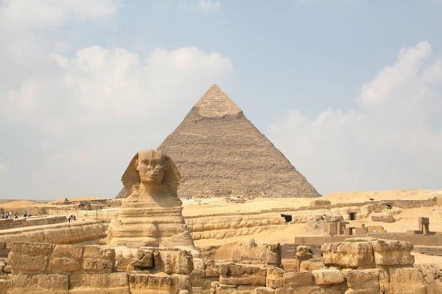 Là biểu tượng cổ xưa nhất của Ai Cập, Kim tự tháp Giza cách trung tâm thành phố Cairo khoảng 13 km. Có ba khu phức hợp kim tự tháp khác nhau, kim tự tháp này là một trong Bảy kỳ quan thế giới. Kim tự tháp Giza là kim tự tháp cũ nhất và duy nhất còn tồn tại đến ngày nay.