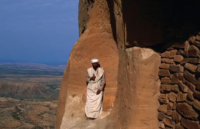 Monje en la puerta de la Iglesia Abuna Yemata Guh en Etiopía