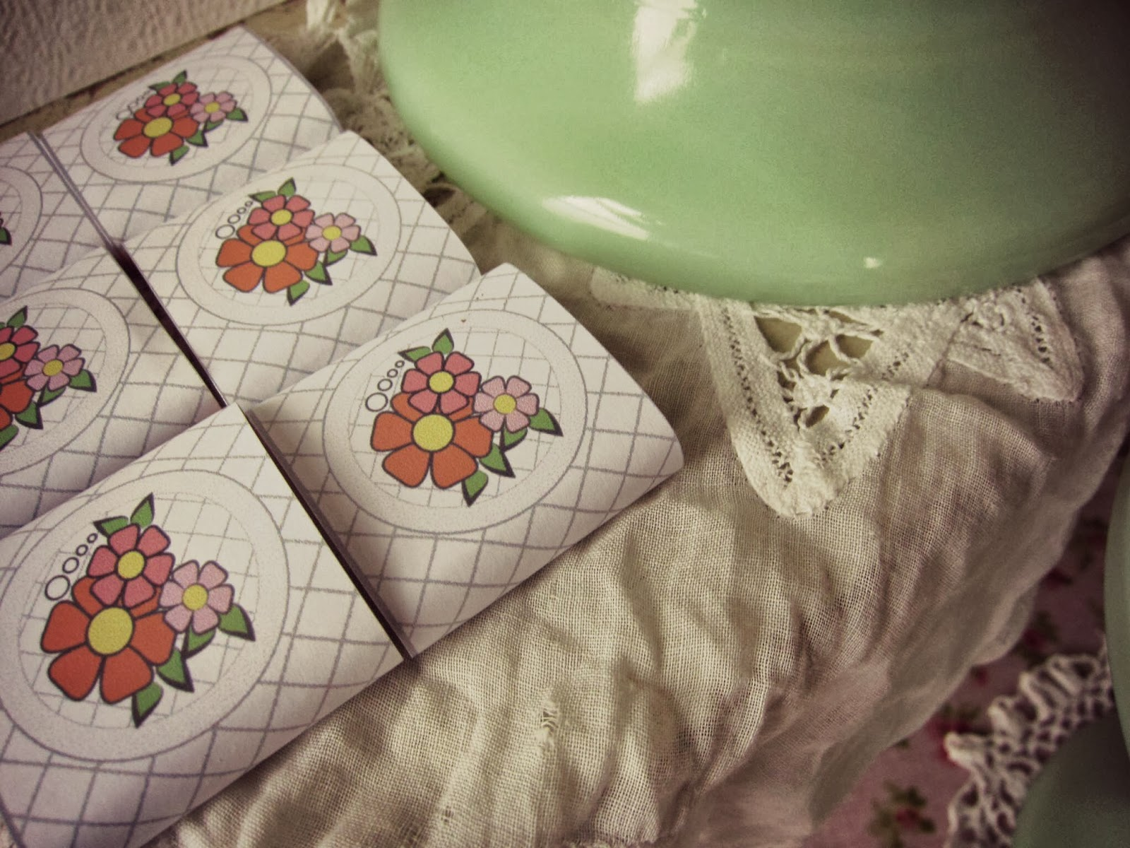 carres de chocolats entoures de papier fleuri