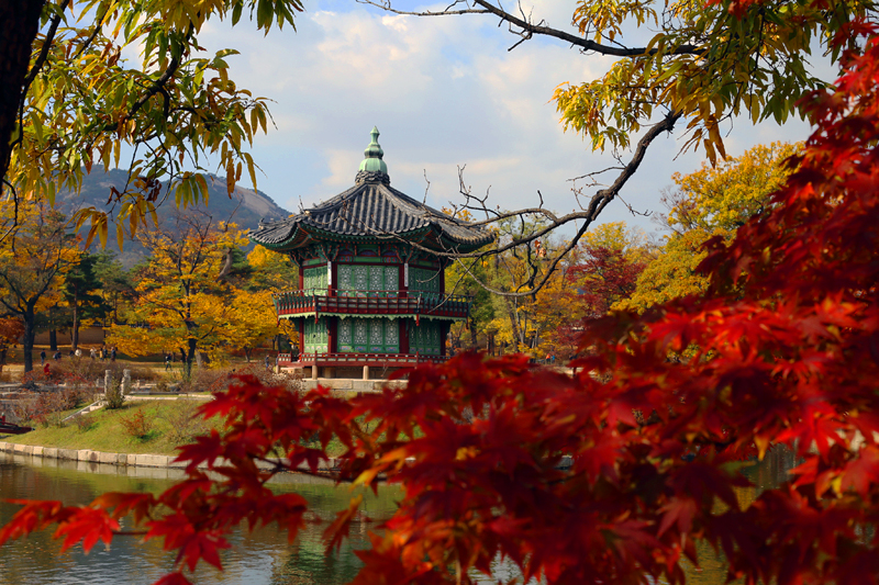 Gyeongbokgung is the country's main palace, which many rightly call the Korean Kremlin.