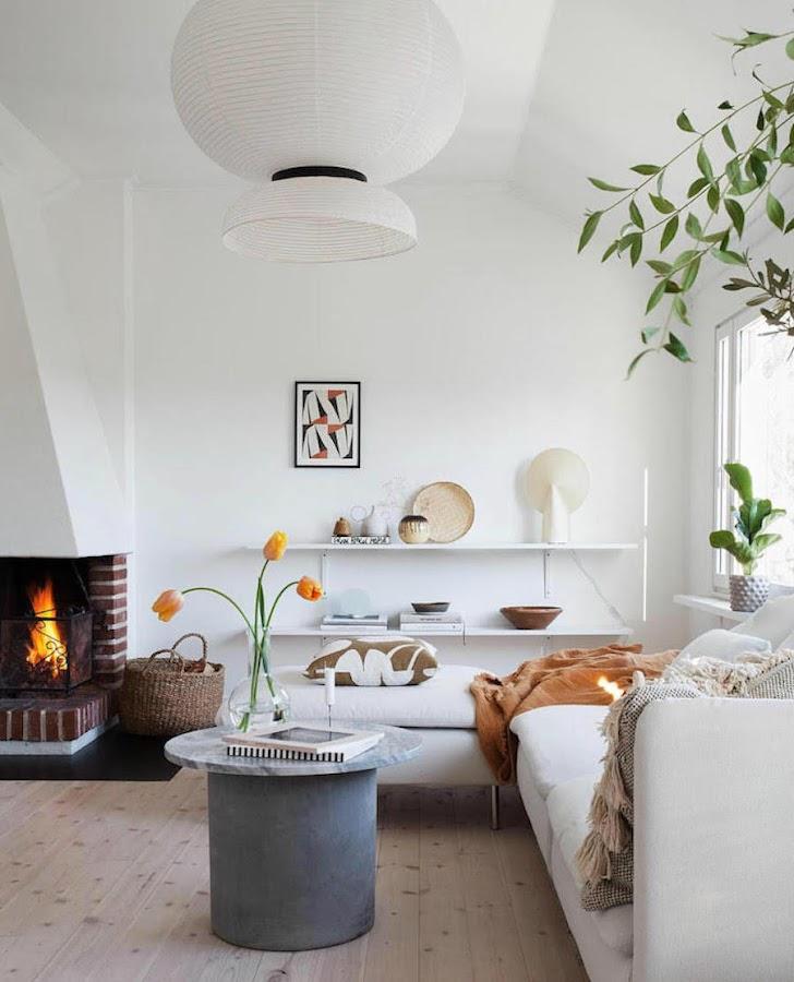 Una casa familiar muy fan del rosa y el verde: Salón con chimenea abierta