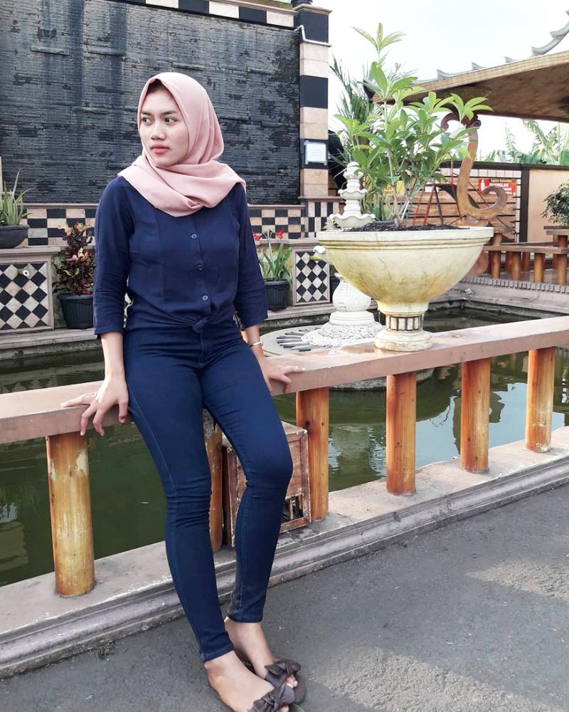 cewek IGO manisn dan seksi Celana Jeans dan Hijab