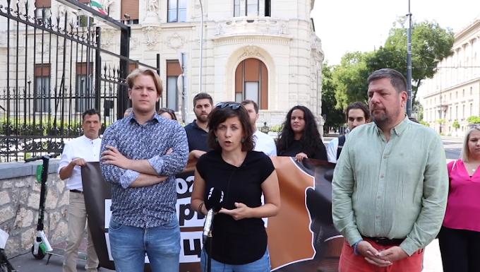 A Momentum senkiházi liberálisai a Fidesz székháznál vergődtek - Videó
