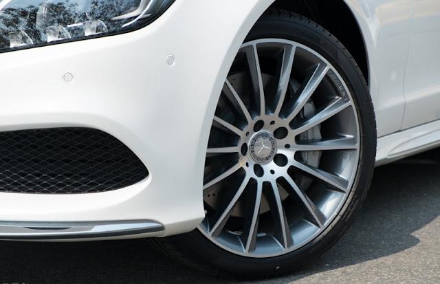 Mercedes CLS 500 4MATIC sử dụng mâm xe 19-inch, đa chấu, thiết kế thể thao