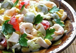 salat-s-kpevetkami-kalmapami-olivkami-i-kukupuzoj