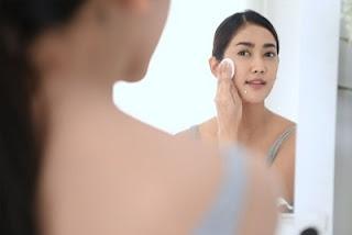 Menghapus riasan dapat membantu menjaga kebersihan kulit wajah
