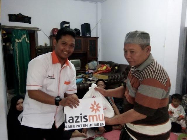 Handanur, Koordinator KL Lazismu Kencong menyerahkan bantuan dari donatur