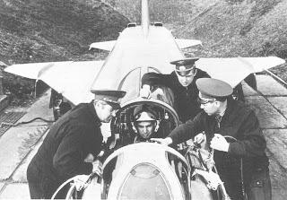 Un pilota siede nella carlinga del suo Su-15, attorniato da tecnici.