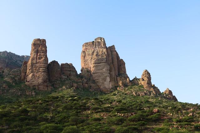 Los riscos donde se encuentra la iglesia Abuna Yemata Guh en Etiopía
