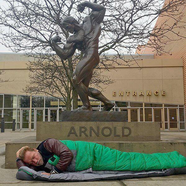 Γιατί Άρνολντ Σβαρτσενέγκερ κοιμάται ως άστεγος κάτω από το άγαλμά του