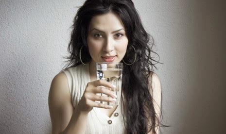 minum-air-putih-pagi-hari-bikin-bahagia