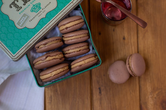 Macarons de chocolate y rellenos de crema lotus