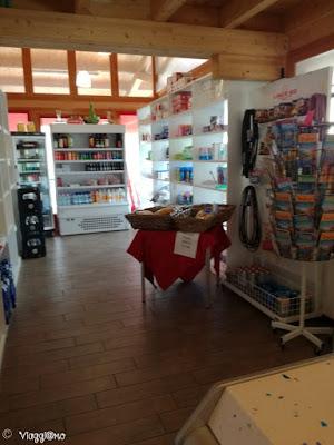 Il negozio di generi di prima necessità nel campeggio