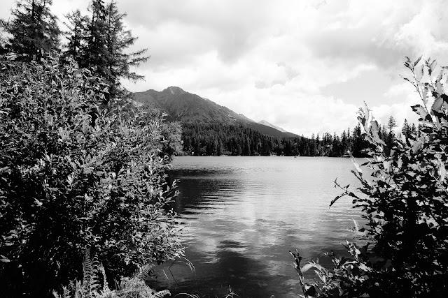 Impresje tatrzańskie. Szczyrbskie Jezioro, Tatry, Słowacja. Fotografia czarno-biała, krajobraz. fot. Łukasz Cyrus