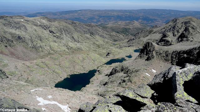 Las Cinco Lagunas desde lo alto del Risco del Gutre en la Sierra de Gredos.