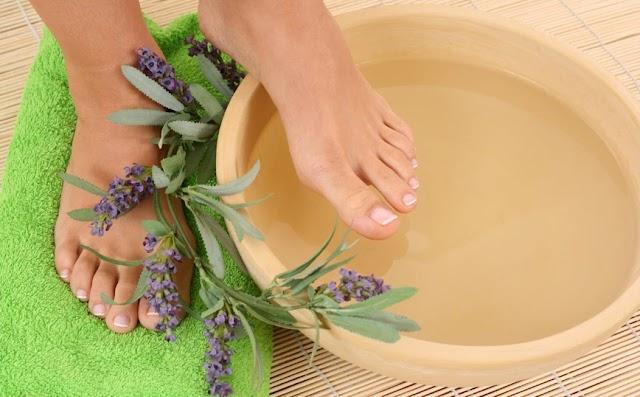 Τι θα γίνει αν βάλετε τα πόδια σας σε μια λεκάνη με νερό και λεβάντα