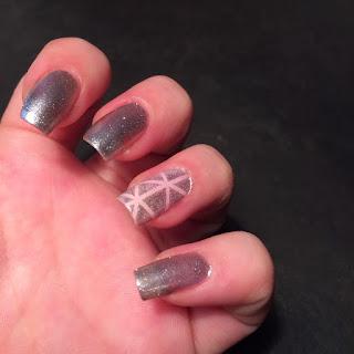 nail art metallizzata e sul dito anulare decorata a strisce grazie al filo decorativo autoadesivo adatta per il segno della Vergine per tutto il 2016