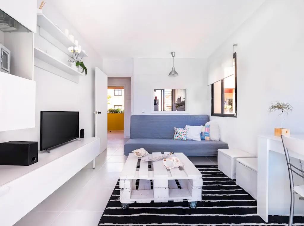 Salón moderno con paredes blancas