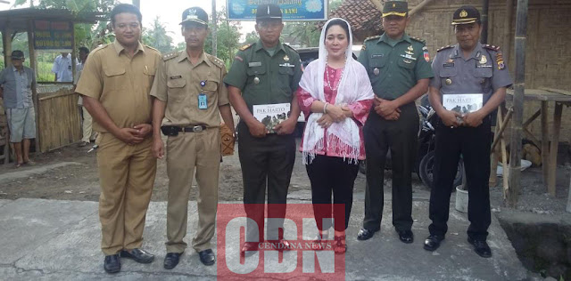 Titiek Soeharto diapit pernagkat desa dan perwira TNI/Polri selepas ia menyerahkan cinderamata berupa Buku Incognito PAK HARTO : Perjalanan Diam-diam Seorang Presiden Menemui Rakyatnya.
