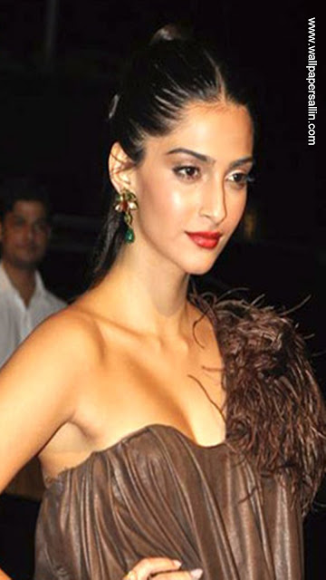 Sonam Kapoor Superhot Cleavage show + other HQ pics!!!