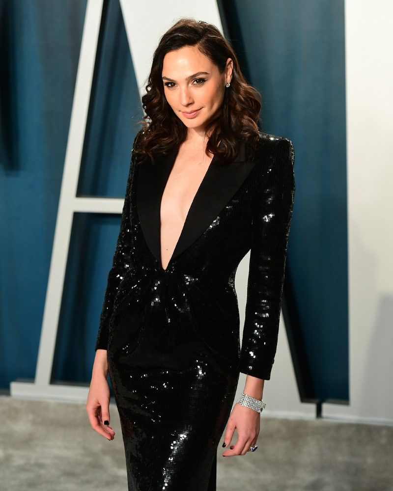 Gal Gadot sexy black dress low collar Cut