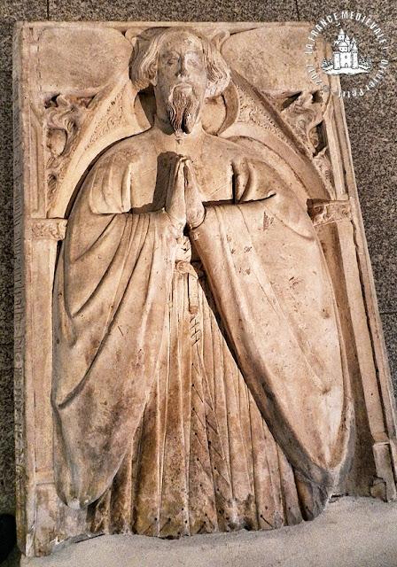 Musée départemental d'art ancien et contemporain : Pierre tombale de Jean Chintrel (XVe siècle)