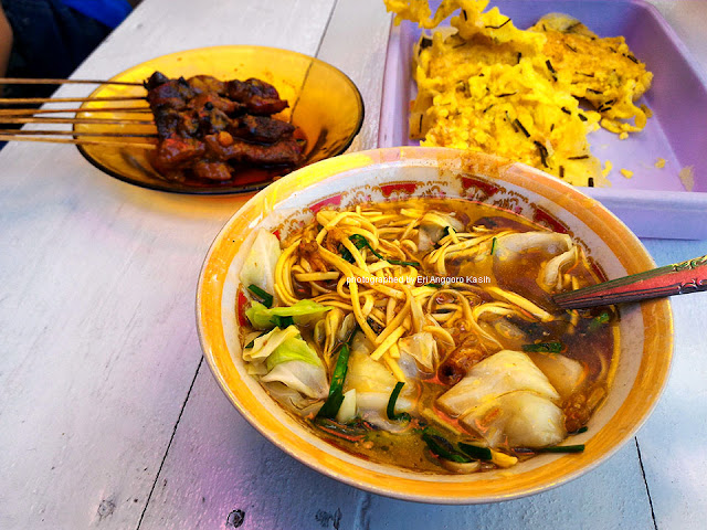 Semangkok mie ongklok khas Wonosobo, dilengkapi sate dan tempe kemul