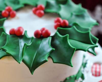 http://bekicookscakesblog.blogspot.com/2012/12/easy-christmas-wreath-cake.html