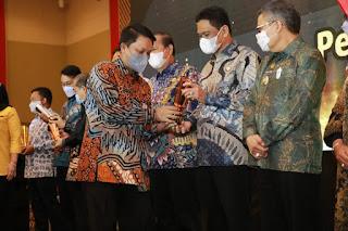 Bupati Barru Terima Piala Terbaik Ketiga Kualitas Dokumen Perencanaan Se-Sulsel