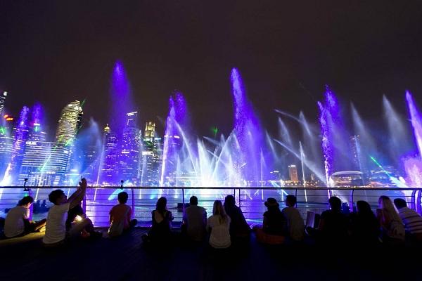 nhạc nước phía trước khách sạn Marina Bay Sands