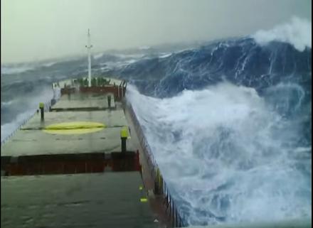 Κύμα ύψους 15 μέτρων χτυπά εμπορικό πλοίο (video)