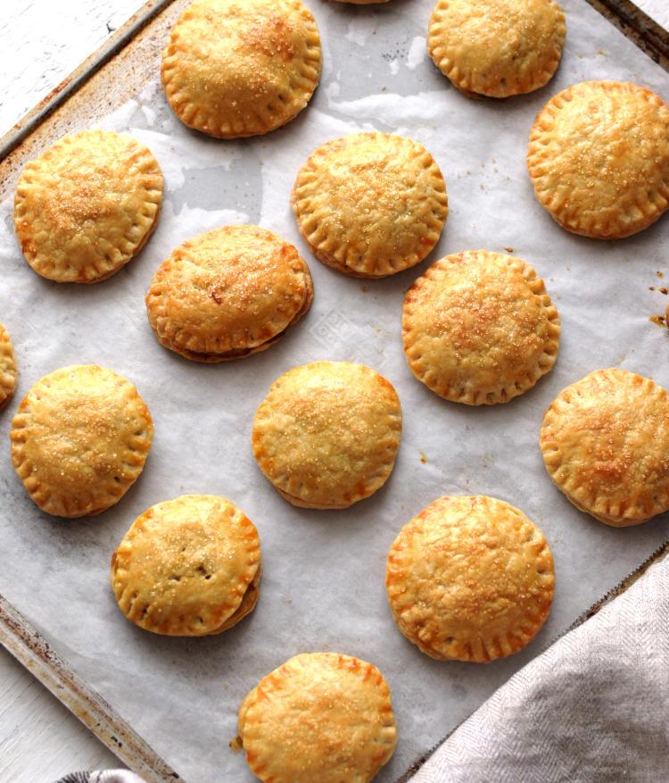 Pastelitos o empanadas de piña en una bandeja después de horneados